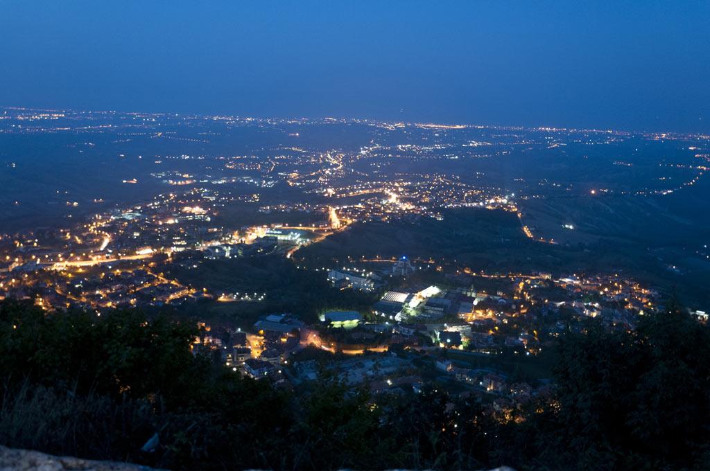 Вид из Сан Марино на вечернюю Италию