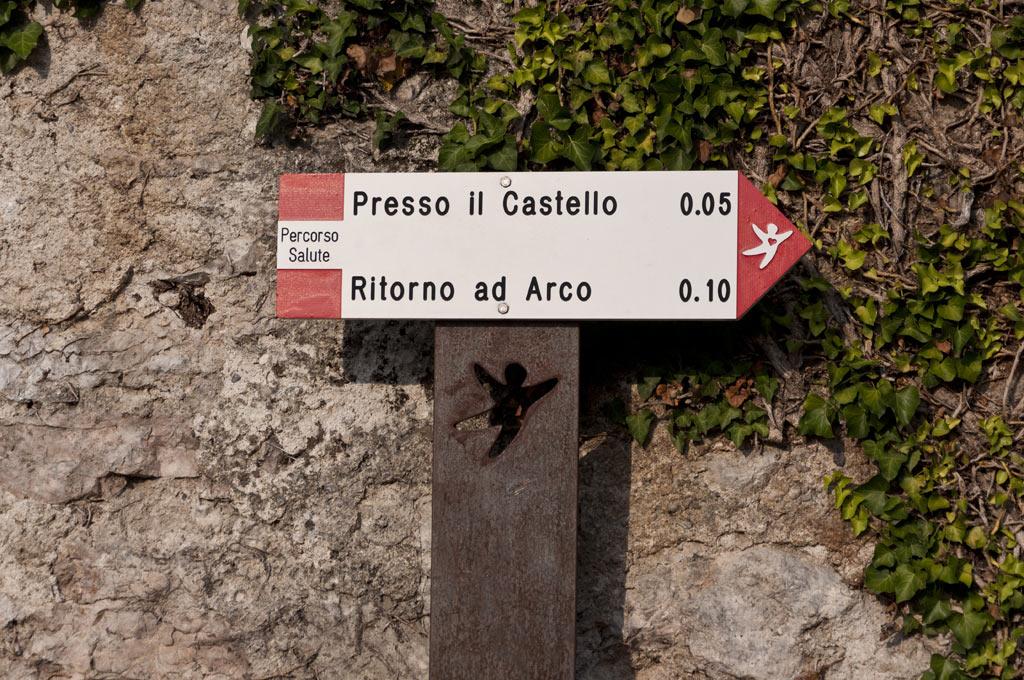 Указатель на крепость в городке Арко