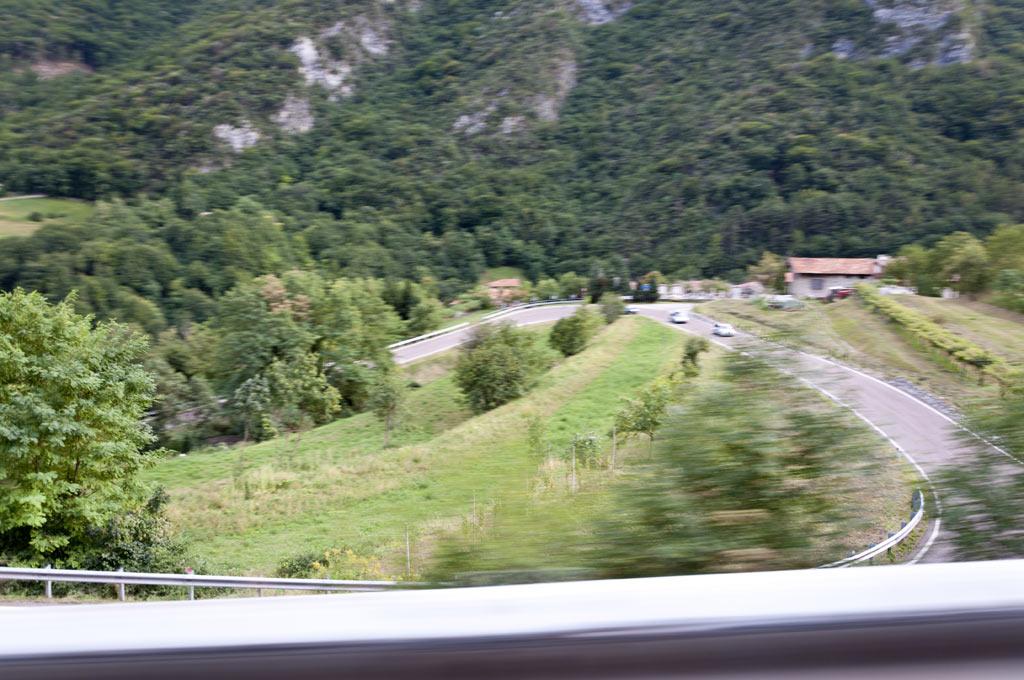 Живописный серпантин в горах у озера Гарды