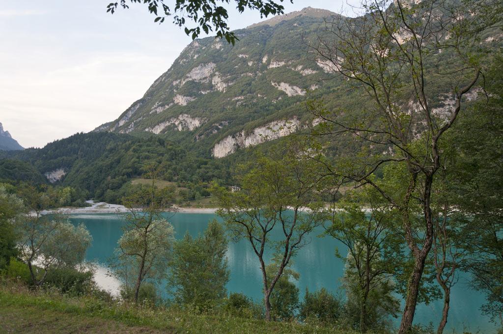 Бирюзовая вода озера Тенно