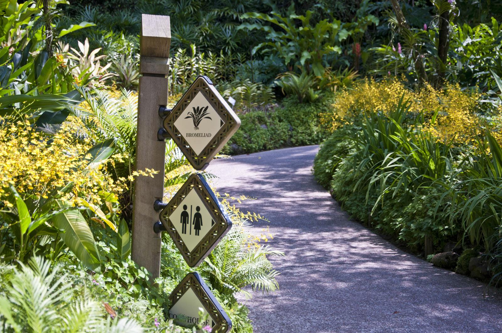 Указатели в саду орхидей