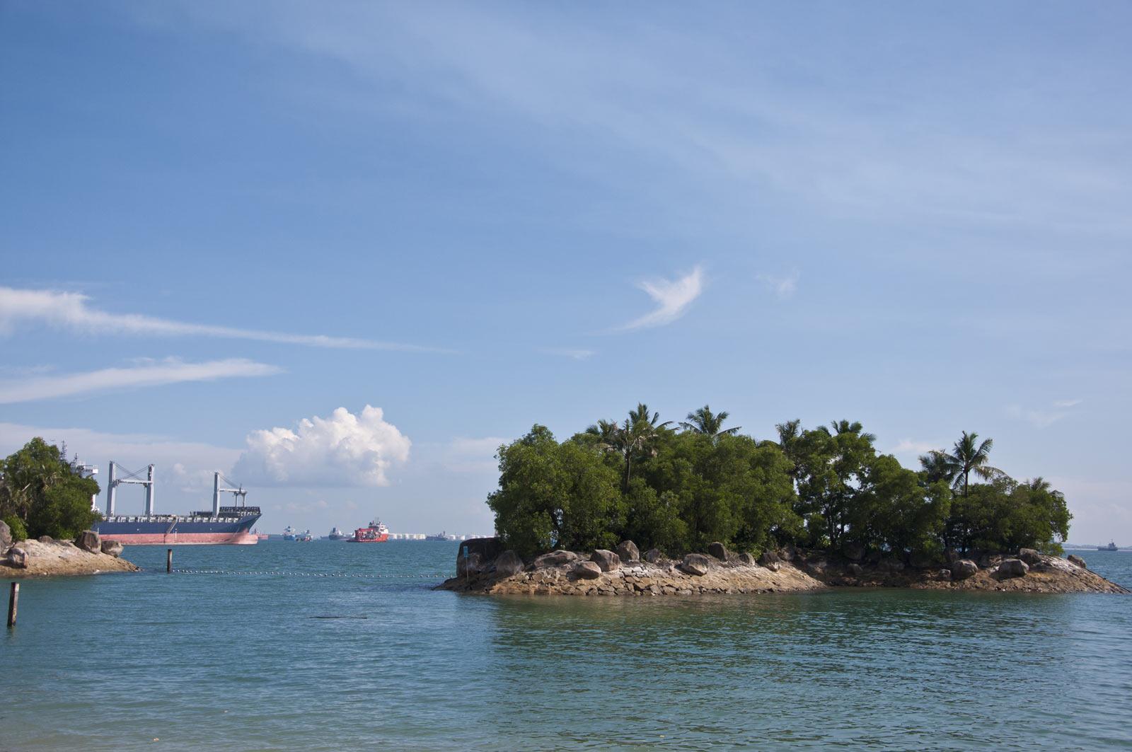 Маленькие островки рядом с Сентосой
