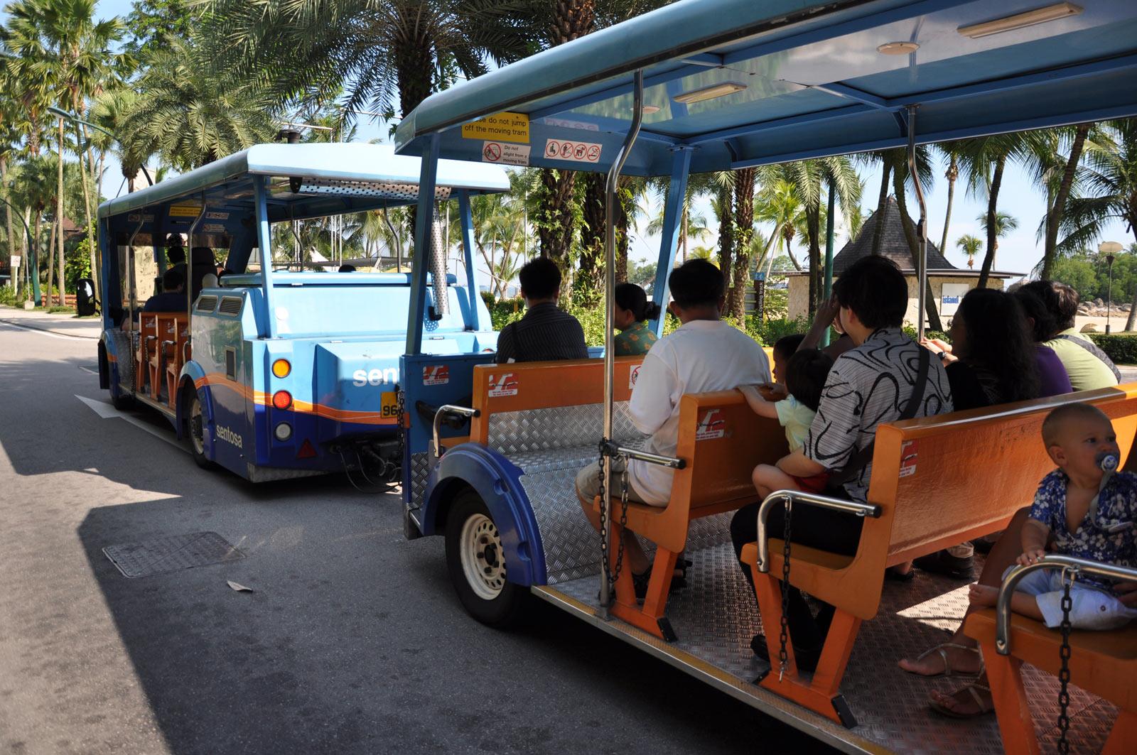 Трамвайчик на пляже на Сентосе