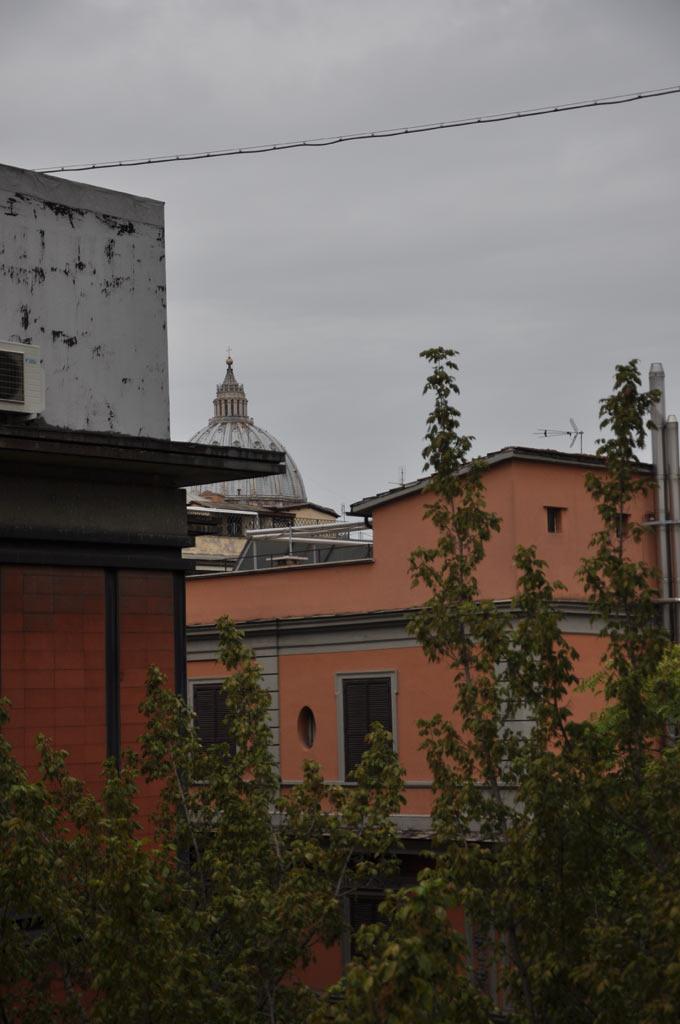 Вид на купол Собора Ватикана из окна отеля Консоли в Риме