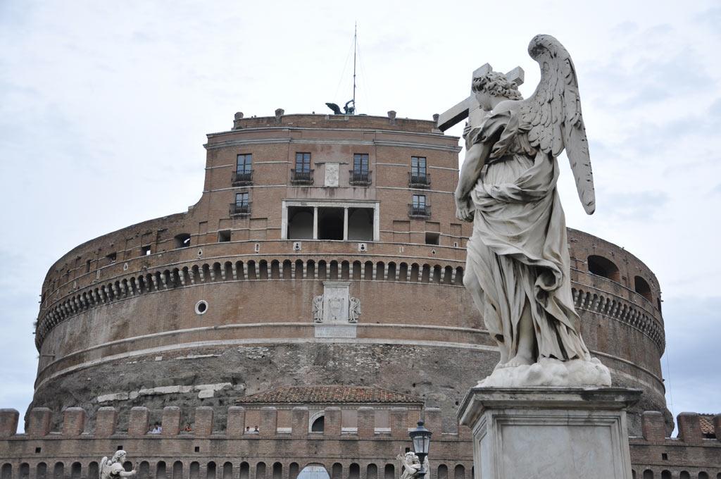 Скульптура на фоне замка Святого Ангела