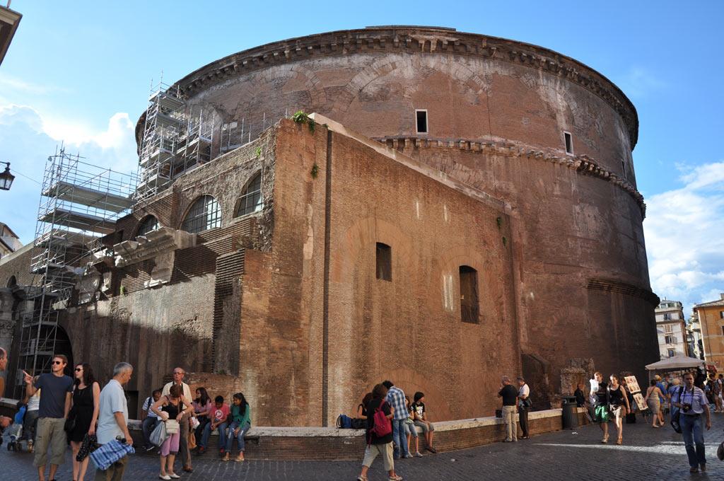 Вид сзади на Римский Пантеон