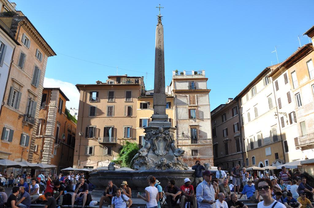 Фонтан со стеллой напротив Римского Пантеона