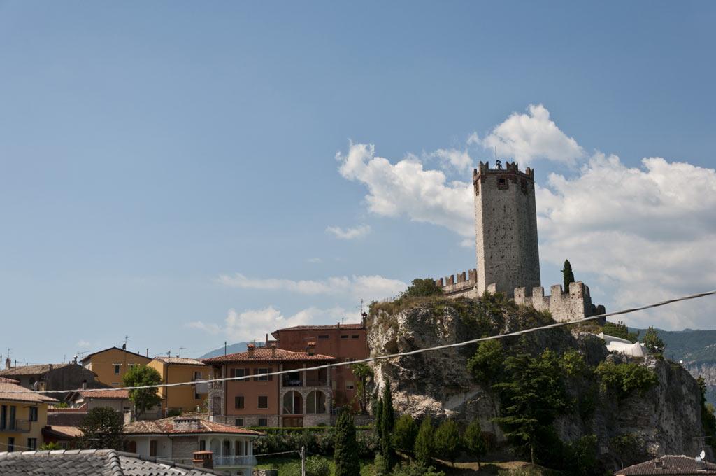 Крепость у подножия Монте Бальдо на озере Гарда
