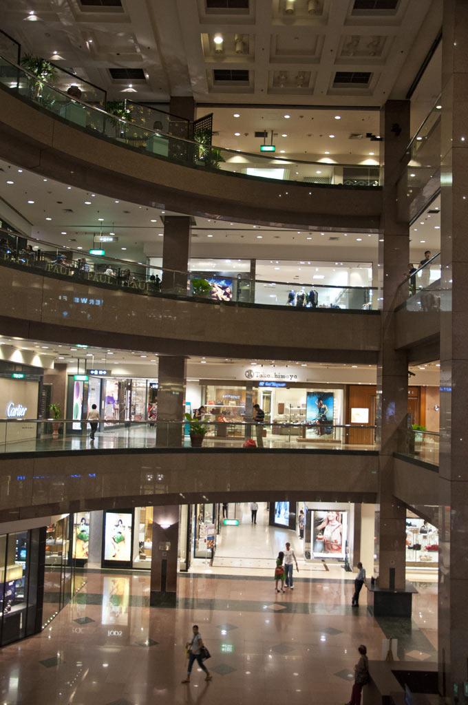 Внутри торгового центра Такашимая