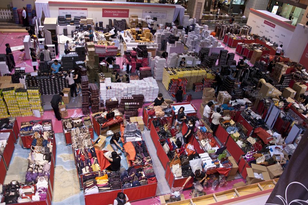 Подготовка к дню распродаж в ТЦ Такашимая