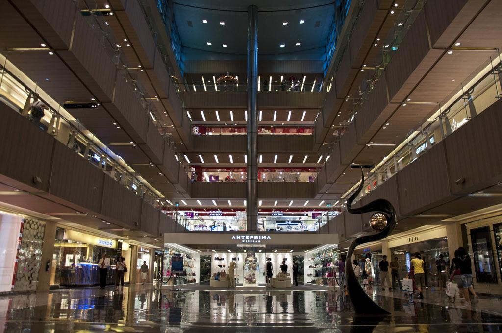 Внутри торгового центра Парагон в Сингапуре
