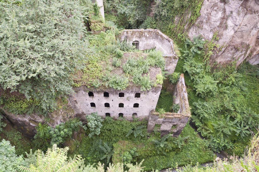 Вид сверху на какое-то заброшенное здание в Сорренто