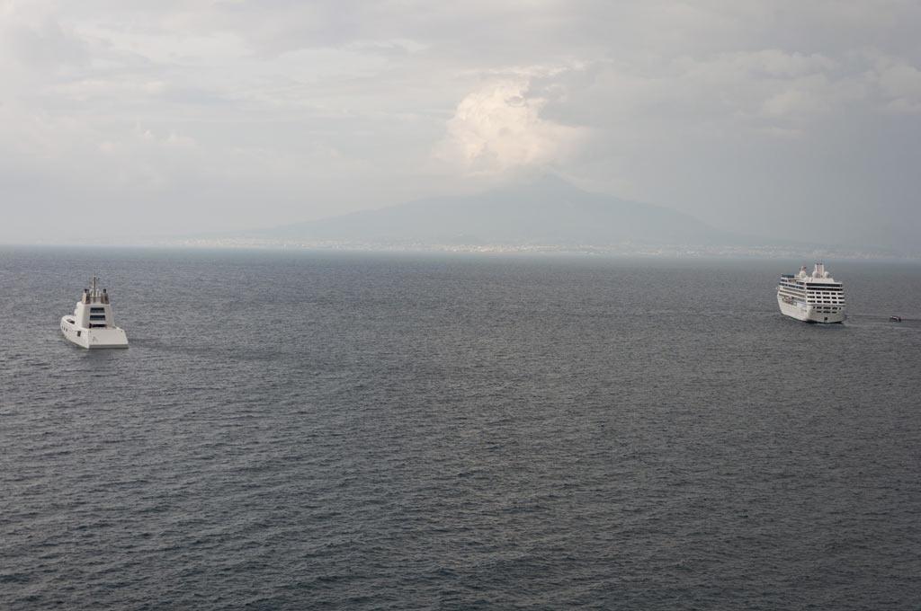 Яхта Андрея Мельниченко на фоне Везувия