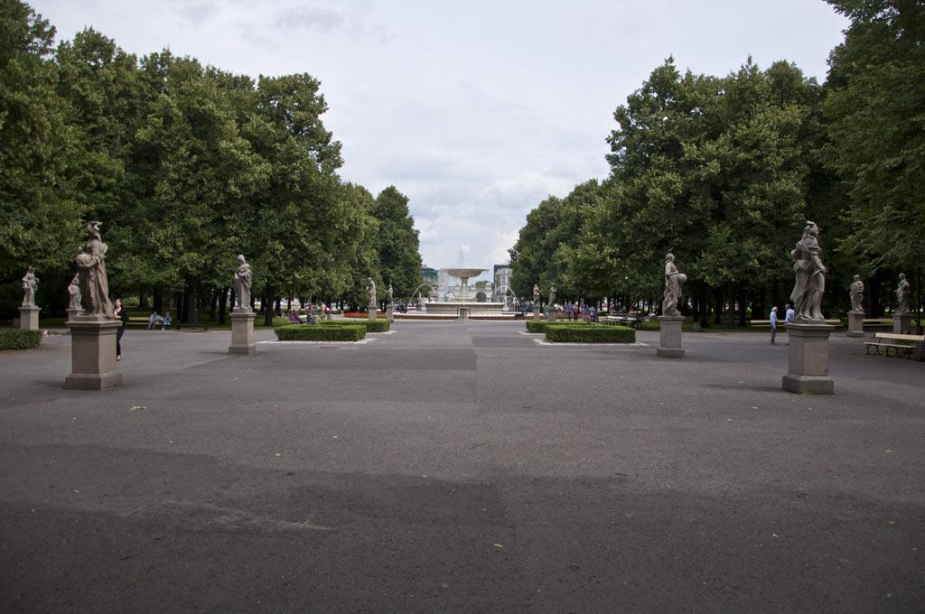 Сквер с фонтаном и скульптурами в Варшаве