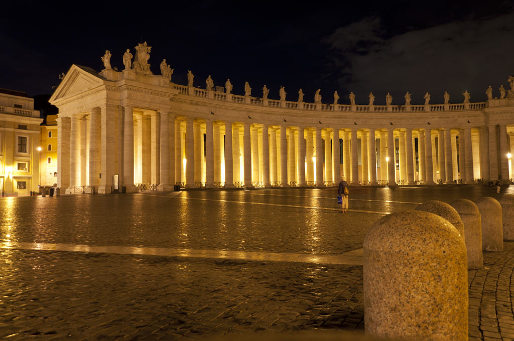 Колоннада вокруг площади Святого Петра в Ватикане