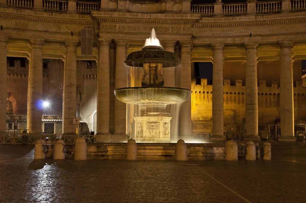 Фонтан на площади Святого Петра в Ватикане