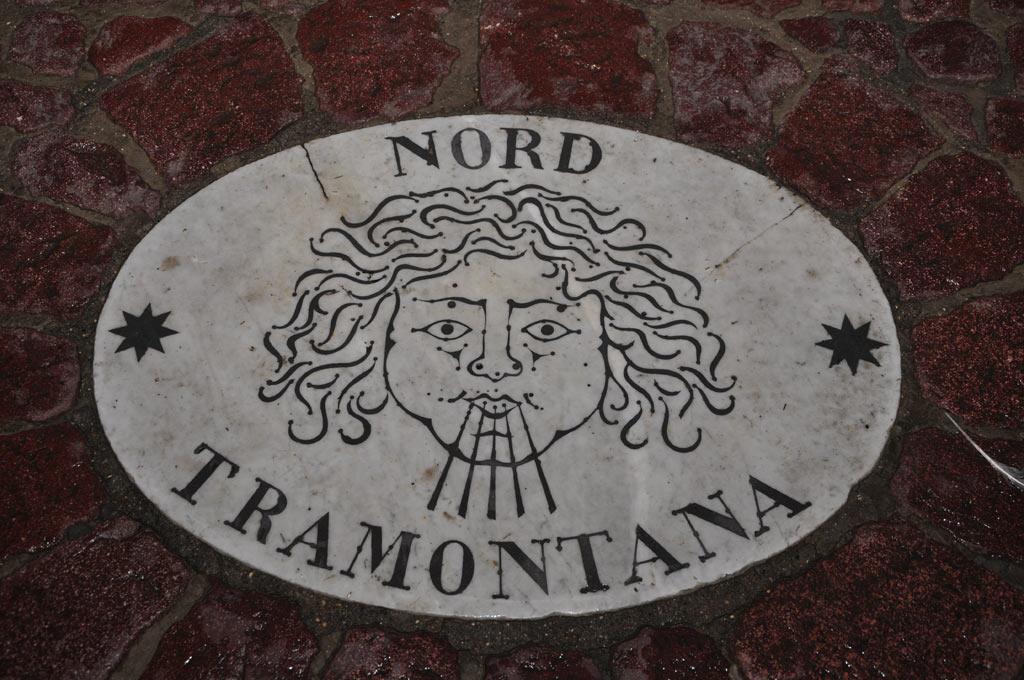 Надписи на брусчатке на площади Святого Петра в Ватикане