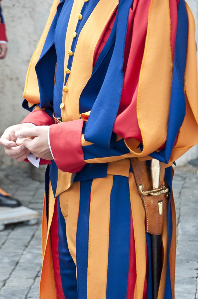 Кортик у солдата швейцарской гвардии в Ватикане