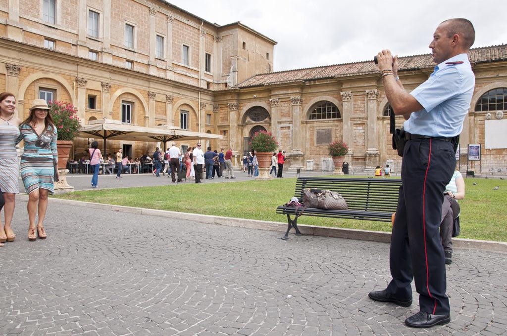 Полицейские фотографируют туристов в Ватикане (лучше бы жуликов ловили :))