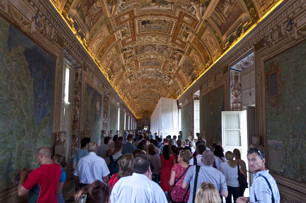 Коридор в музее в Ватикане