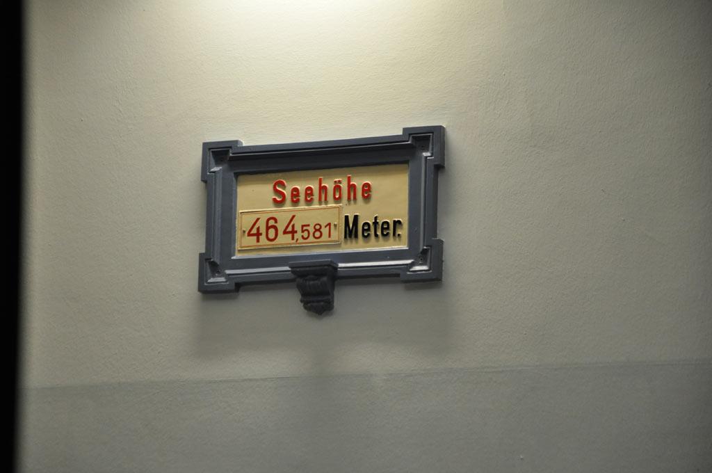 Табличка с указанием высоты места над уровнем моря