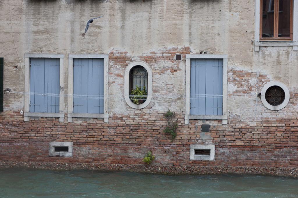 Обшарпанные здания Венеции