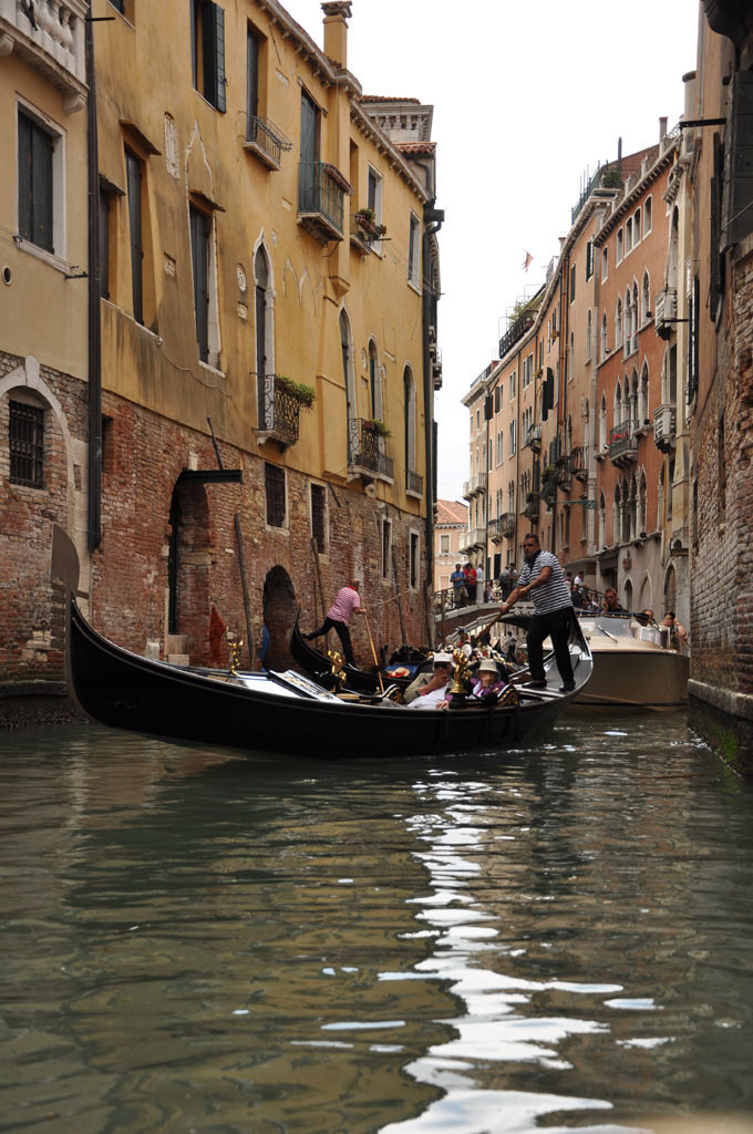Гондольеры на каналах в Венеции