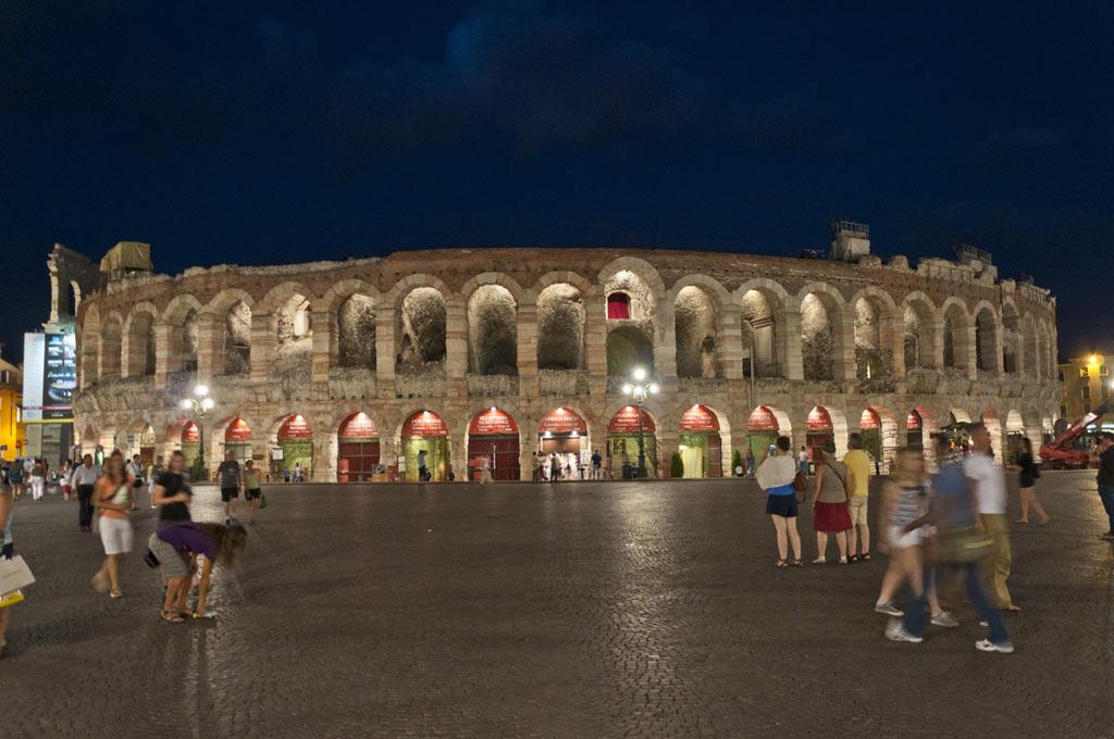 Амфитеатр на площади Бра в Вероне