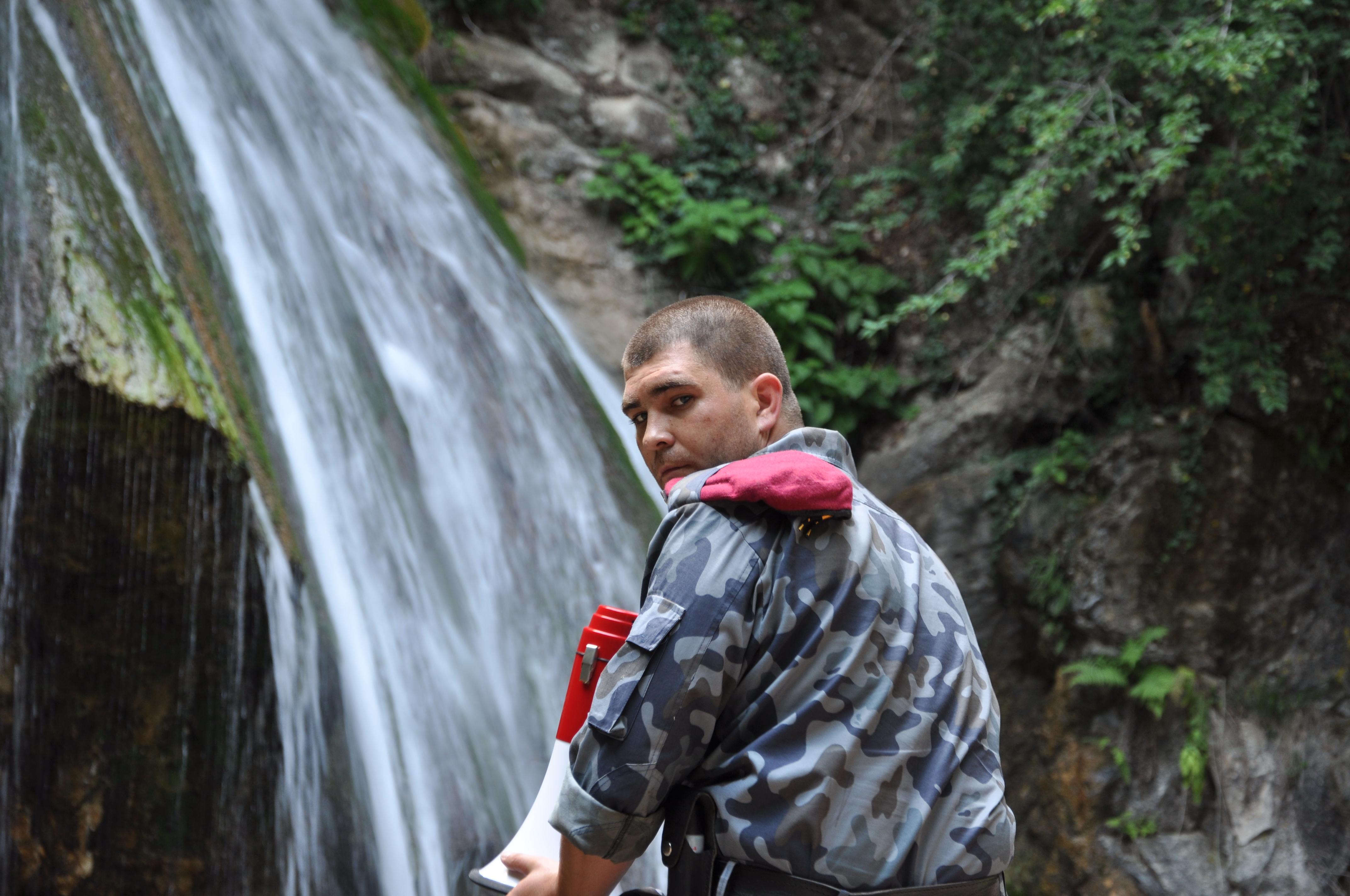 Охранник на водопаде Джур-джур