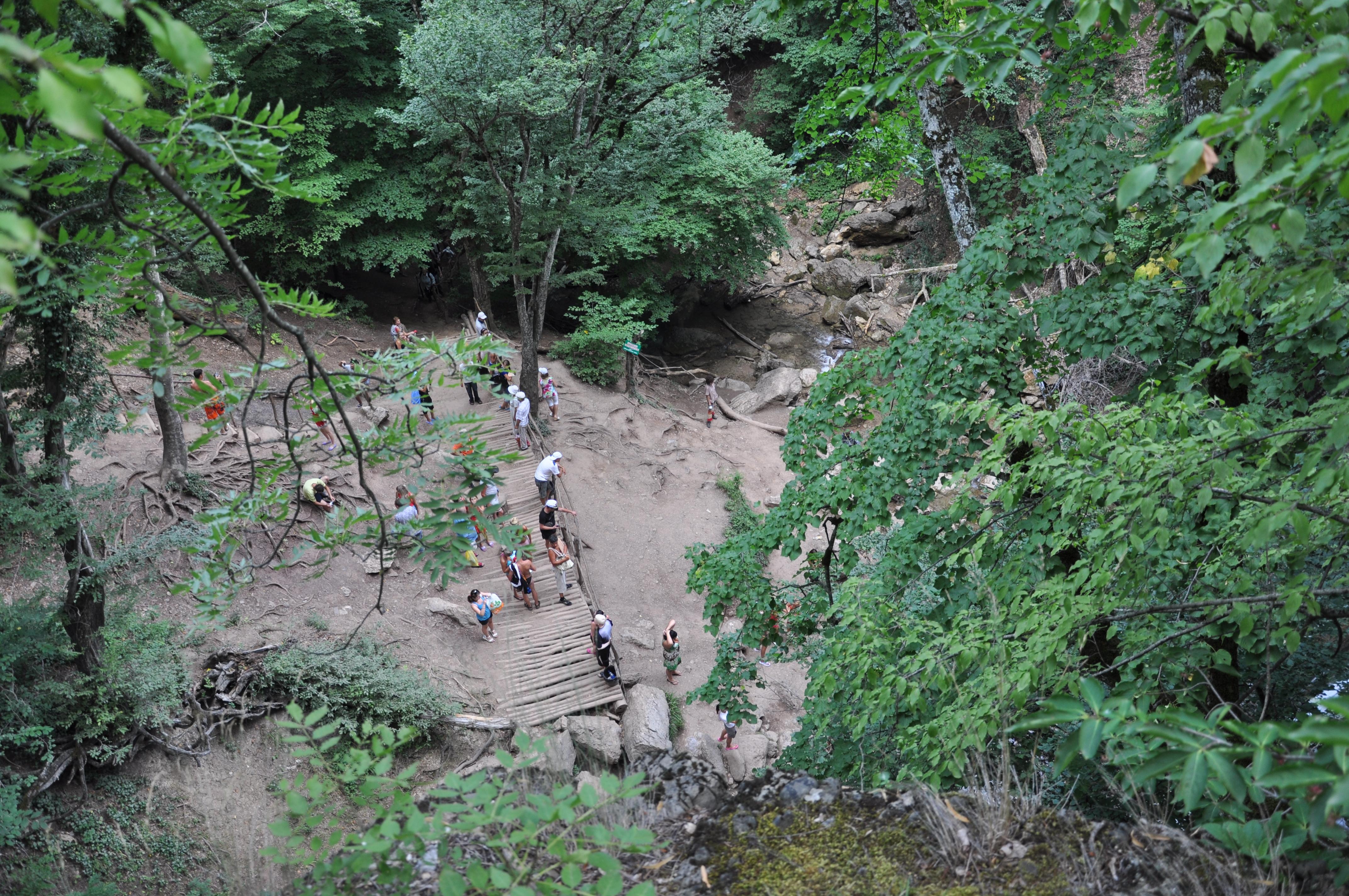 Туристы у водопада Джур-джур