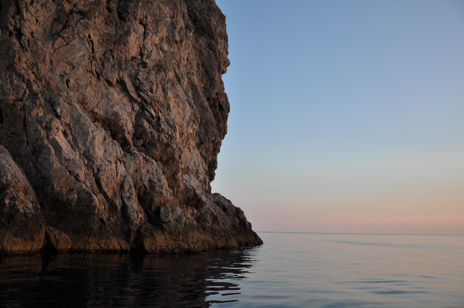 Обрывистая скала в Черном море