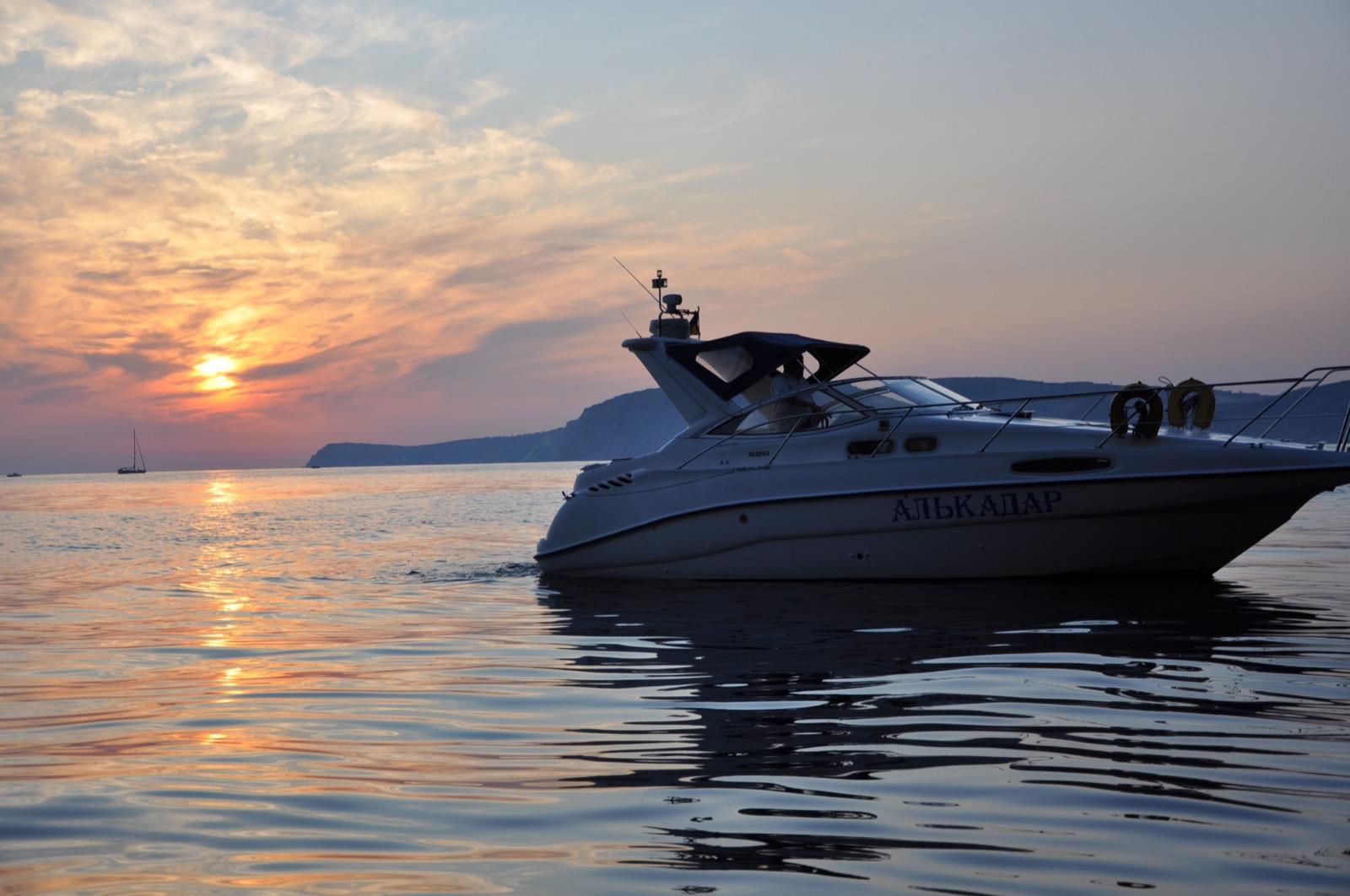 Красивый катер в черноморских водах