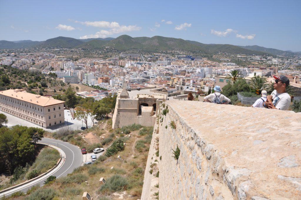 Вид со смотровой площадки крепости в Ивисе